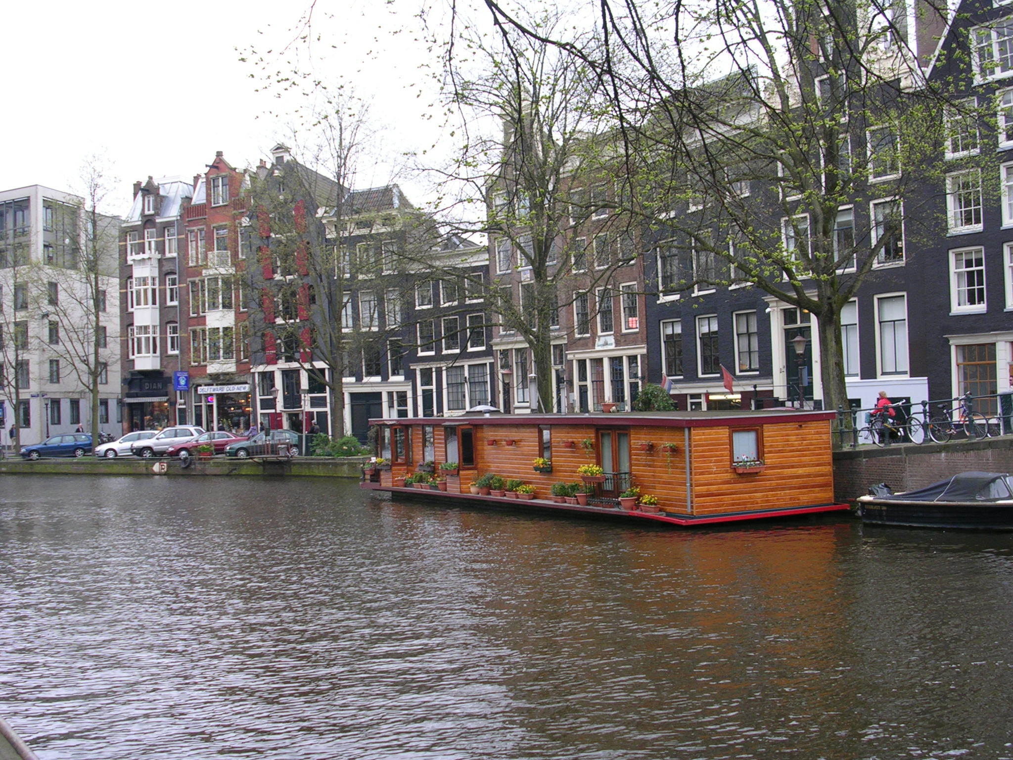Watery cities towns around the world amsterdam for Houseboat amsterdam